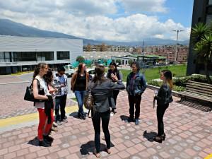 Haciendo un tour de la sede Queri con las estudiantes internacionales.