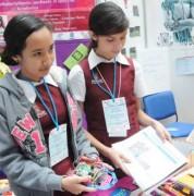 QUITO. Estudiantes de la escuela No. 3 Genaro Estrada (México) explican el funcionamiento del Robot Foot, que juega fútbol. Carlos Granja