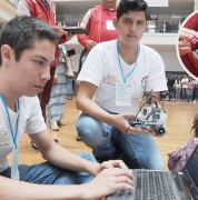 Mauricio Valdez (i) y Héctor Galindo programan a sus robots Mc Queen y Toretto para el concurso Robomatrix. Carlos Granja