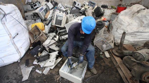 En Reciclametal, los trabajadores colocan los componentes internos de las computadoras en costales para clasificarlos. Foto: Vicente costales/ EL COMERCIO