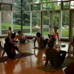 Sesión de yoga para los participantes antes de empezar el segundo día del congreso