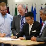 Firma de la carta por el rector de la Universidad de British Columbia, el representante de los estudiantes, del profesorado y los administrativos