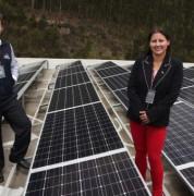 Mariuxi Jaramillo y Gustavo Guerrero muestran los paneles solares de la sede de la UDLA. Foto Cortesía: Paúl Rivas/EL COMERCIO