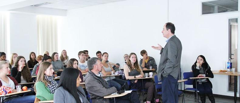 Decano de FACEA dictó una charla a voluntarios alemanes