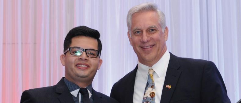 Estudiante Diego Palacios con el Ministro Consejero Douglas Koneff.